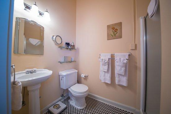 Abbeville, LA: Private bath in Garden View