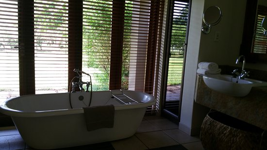 Mkuze, Sudáfrica: Tub and double sinks, plus 1 indoor and 1 outdoor shower!