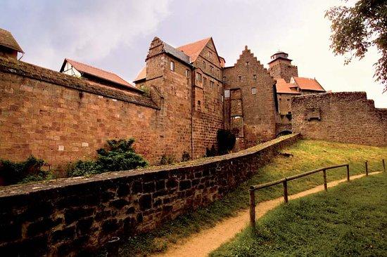 Das Wahrzeichen der Stadt Breuberg ist die Burg Breuberg. Die gewaltige Burg ist weithin zu sehe