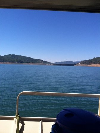 Shasta Lake, Καλιφόρνια: headed towards the dam