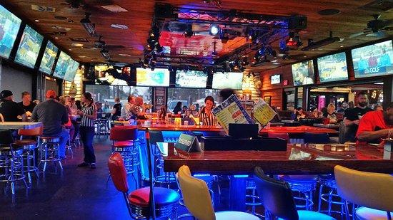 Longview, TX: Good sports bar atmosphere, lot's of TV's.