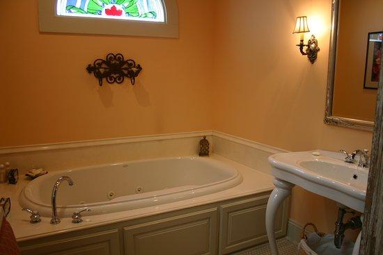 Abbeville, LA: Double Jacuzzi tub in the Evangeline Master Suite