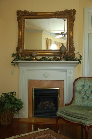 Abbeville, LA: Morning Glory fireplace and sitting area