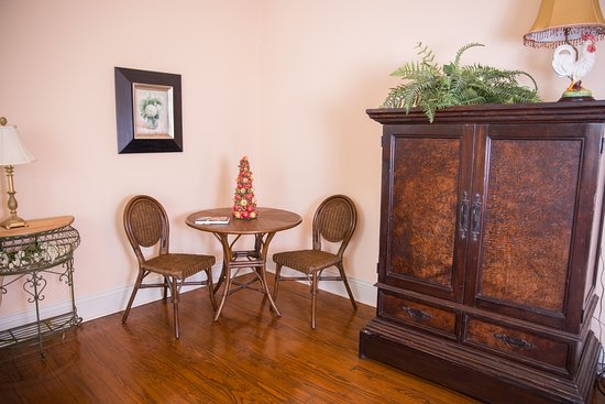 Abbeville, LA: Garden View TV armoire and sitting area
