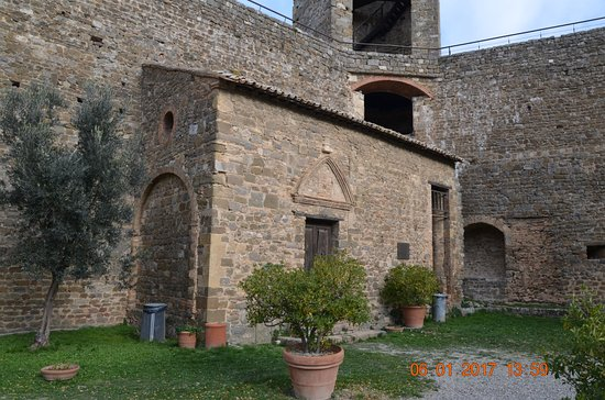 Montalcino, Italia: angolo del cortile interno alla fortezza