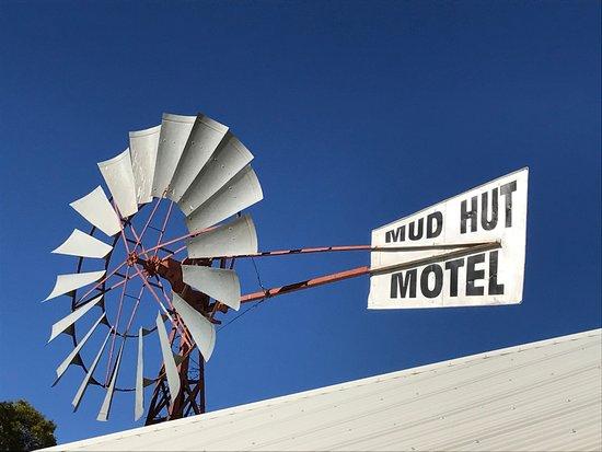 มัด ฮัท โมเต็ล: hotel entrance