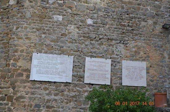 Montalcino, Italia: particolari lastre di marcmo con incisione su muri interni alla fortezza