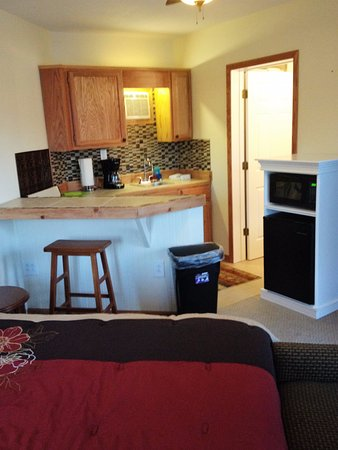 Fulton, MO: Kitchenette with a Breakfast Bar.