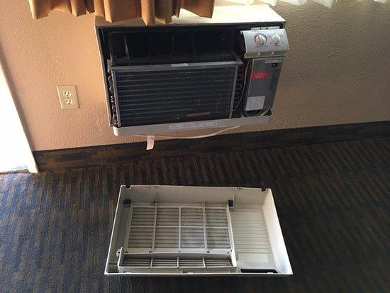 La Mesa, Kalifornien: rm 222 cover to heater/AC came off when I shut the hotel door (door is hard to close)