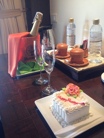 Panviman Resort - Koh Pha Ngan: Our free bubbles + cake for the inconvienience :)