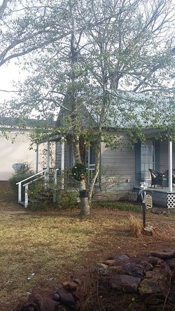 Mineola, TX: One of the cottages available on the grounds.