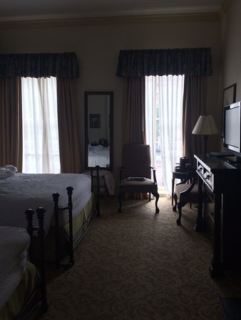 River Street Inn 5th Floor 2 Queen City View Room With Two Windows