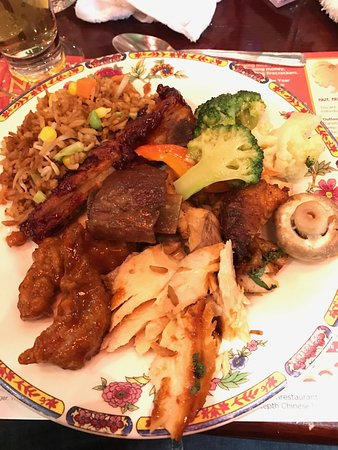 Markham, Canadá: BBQ ribs, baked salmon, Peking chicken, fried rice and veggies