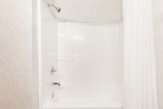 Super 8 by Wyndham Searcy AR: Standard Bathroom