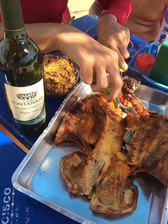 Balneario de Pedrinhas: Tilápia na brasa com vinho delícia...