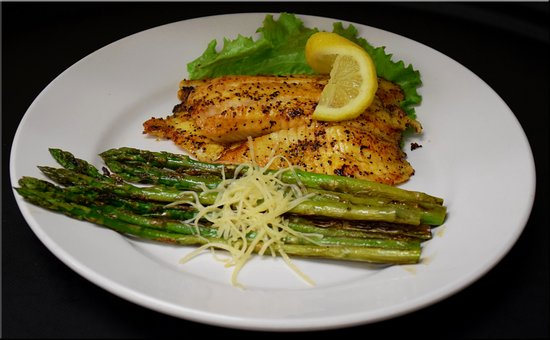‪‪Seymour‬, ‪Indiana‬: Try our amazing Grilled Tilapia with a side of asparagus for a light dinner option!‬