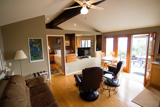 Burien, WA: Olympic View Cottage opens up onto your own expansive deck with your own private Jacuzzi Hot Tub