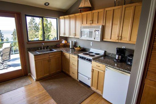 Burien, WA: Fully furnished kitchen.