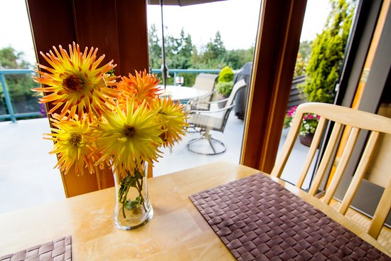 Burien, WA: Dining inside or outside on a warm summer day.