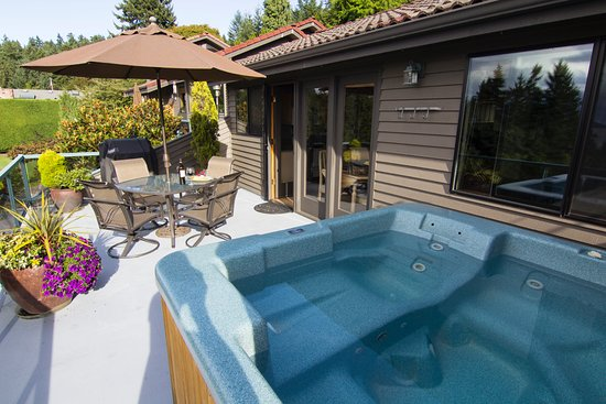Burien, WA: Enjoy your own private Jacuzzi Hot tub anytime of the day or night.