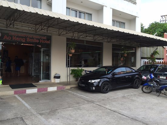 Aonang Smile Hotel: Limited parking space for drivers.
