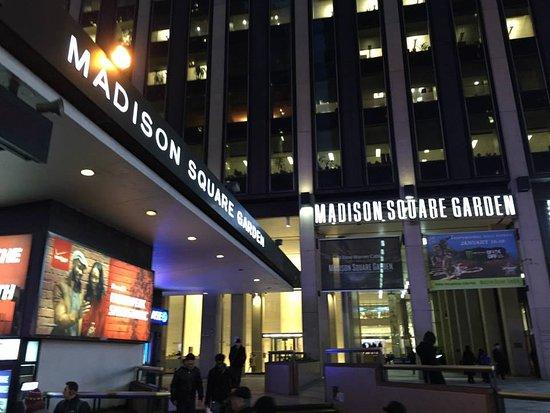 Hotel Pennsylvania: Em Frente Ao Madison Square Garden