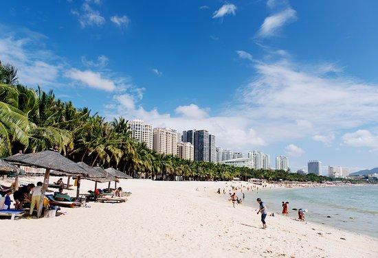 Landscape Beach Hotel Sanya: Пляж с бесплатными лежаками