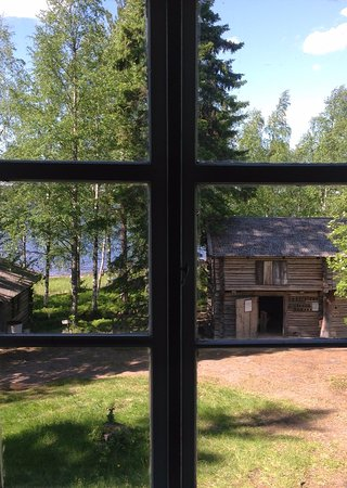 Suomussalmi, Φινλανδία: Kotiseutumuseolla sijaitsee suurikoinen vanhan ajan savupirtti.