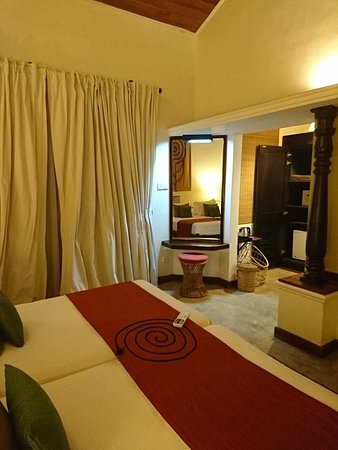 Hotel Sigiriya: 天井が高い!部屋は全部1階です。
