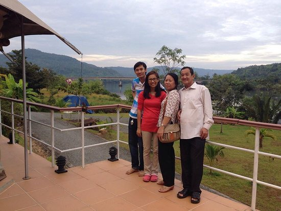 4 Rivers Floating Lodge: with family at the reception office of 4rivers