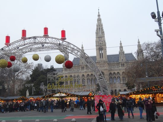 Christmas market on rathausplatz vienna austria top for Best hotel in vienna for christmas