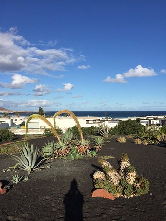 Famara, España: Our bungalow and the open view for breakfast