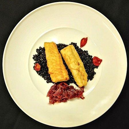 Сесто-Фиорентино, Италия: Filetti di baccalà su lenticchie beluga con composta di cipolle di Tropea