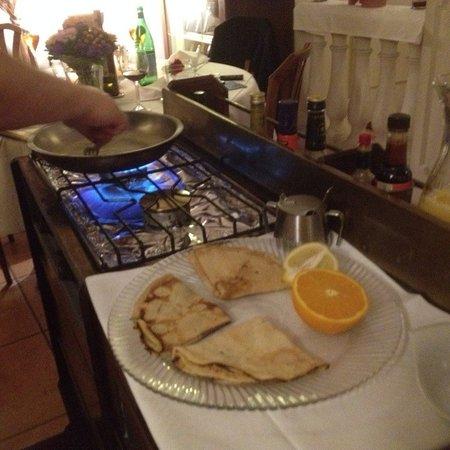 Leinfelden-Echterdingen, Niemcy: Chef Domenico bei der Vorbereitung der Crepes Suzettes