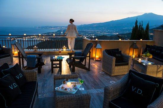 هوتل فيلا دوكيل: Terrace overlooking The sea and Mount Etna