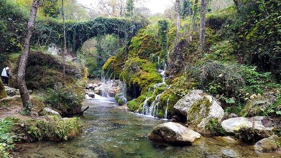 Casaletto Spartano, Italy: Il ponte e la cascata