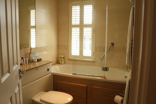 Bosham, UK: Private bathroom, with full size bath and shower