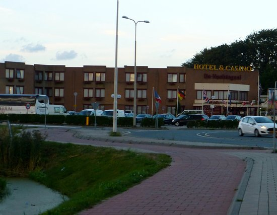 Hotel Restaurant De Nachtegaal: Plenty of parking at hotel.