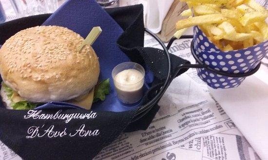 Maia, โปรตุเกส: Hambúrguer extra queijo + molho de alho + batatas fritas!