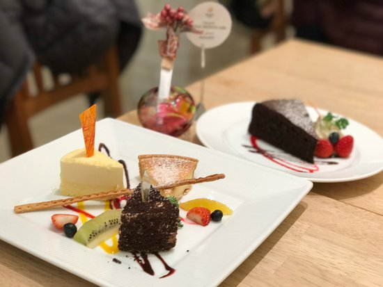 Le Tao Pathos: Trio of Cheese cake (front) & Chocolate cake (back)