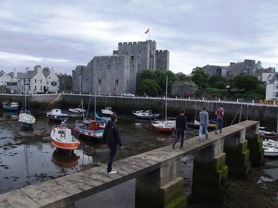 Castletown, UK: The pub is just to the left of the castle.