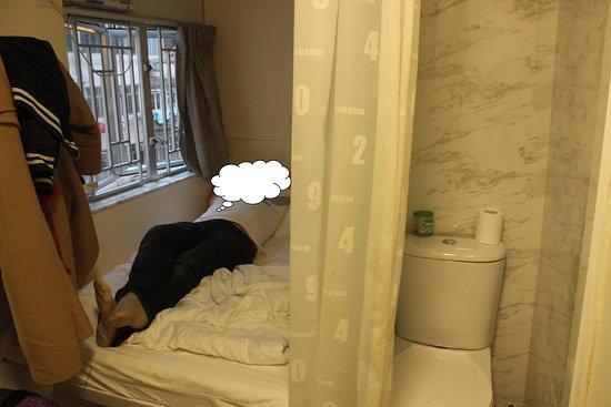 Apple Hotel: впереди до двери буквально 0,5 метра. Унитаз напротив двери.Слева душ размером с туалет.