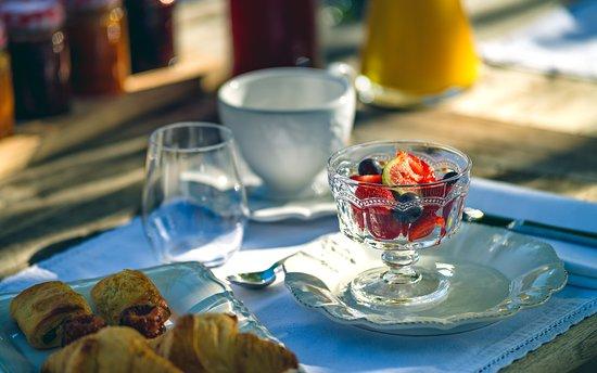 Rauzan, France: Petit déjeuner à la Française servi dans le jardin