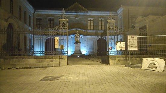 Soreze, France: Entrée de l'établissement (Hôtel + Restaurant) Rue pavée en réfection, ce sera magnifique cet ét