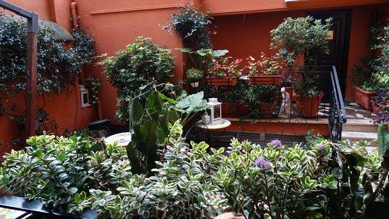 Hotel Modigliani: Vista desde el balcón de la habitación, a un bonito patio