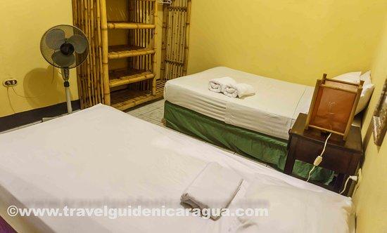Hostel La Siesta: Habitacion Doble con 2 camas y baño compartido
