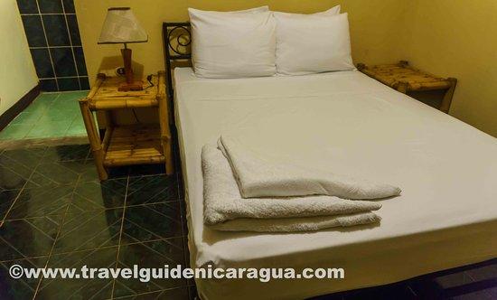 Hostel La Siesta: Habitacion doble con cama matrimonial y baño privado