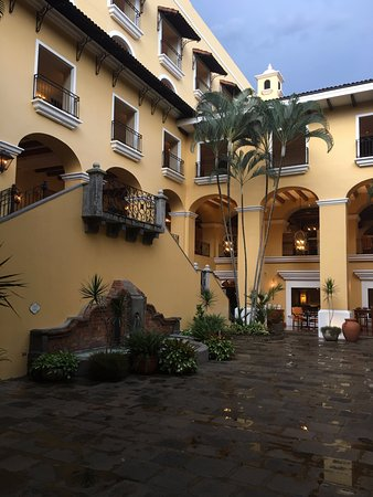 Сан-Антонио-де-Белен, Коста-Рика: Inner courtyard after a rain
