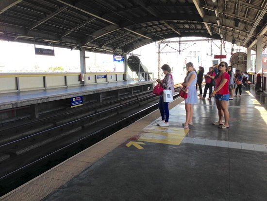 Manila Light Rail Transit System : Lot of Improvements Needed