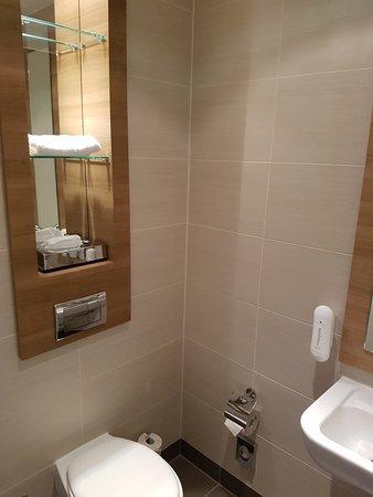 Ramada Berlin Alexanderplatz: Gäste WC in der Suite
